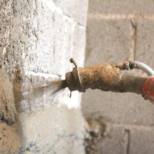 Cementa kaļka apmetums Ceresit ZKP Apmetuma masas pūsšana uz sienas.